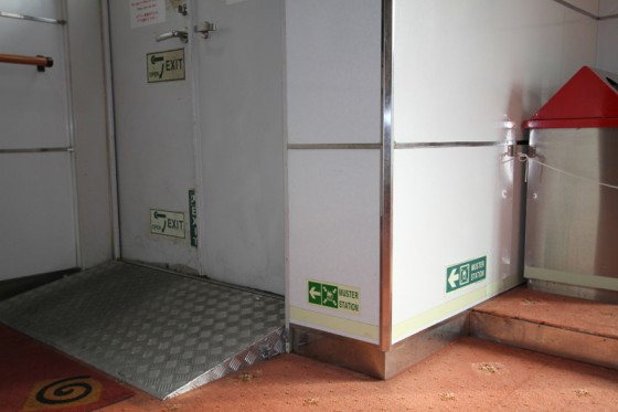 火災時の煙を考慮し、床付近に貼られた避難誘導サイン