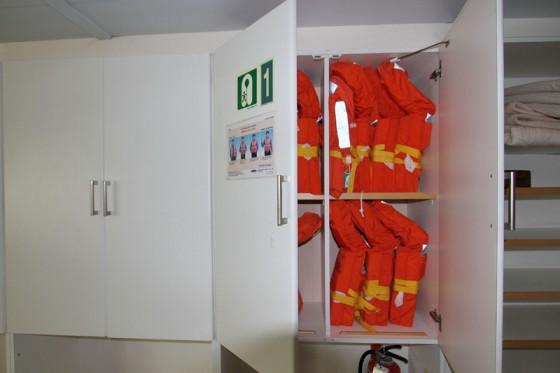 指定の収納BOXに整然と並ぶ救命胴衣