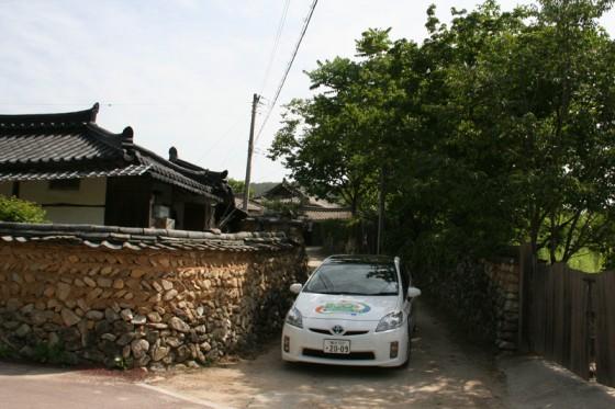 素朴な石垣塀は沖縄の離島を連想させる