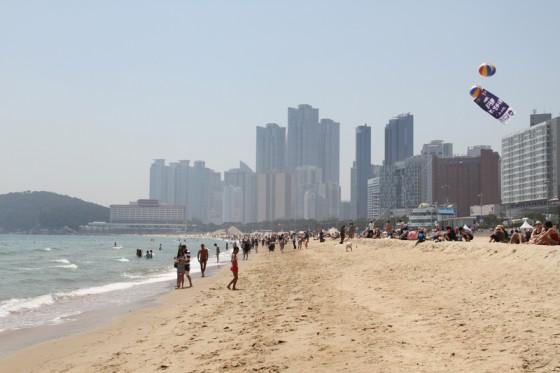 真夏のような陽気でビーチは大賑わい。釜山は韓国屈指のビーチリゾートでもある。