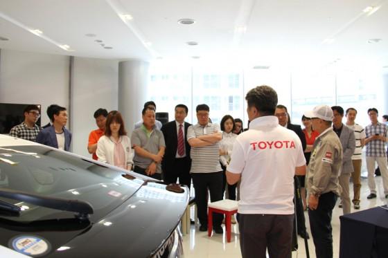 韓国ではこれから本格的な導入が始まるハイブリッドカーの情報を一字一句漏らさず聞き取ろうとしていた。