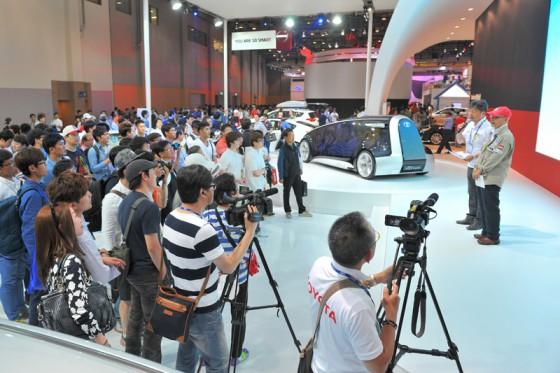 多くのプレスや一般来場者のカメラがエコミッショントークショーを撮影してくれた