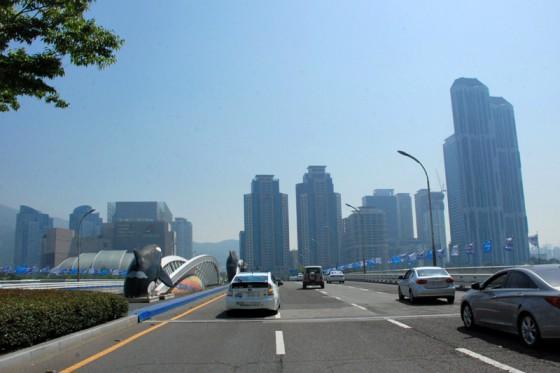 素晴らしい晴天の中を会場の釜山BEXCOに向かうプリウス