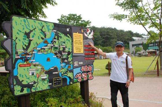 散策路の入口に立つ案内板によると牛浦(ウポ)沼までは5分程