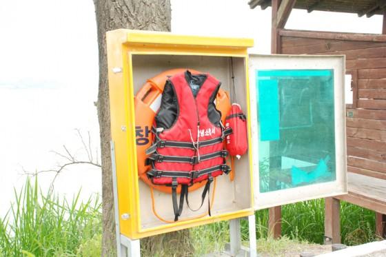水難事故に備え救命具が設置されている
