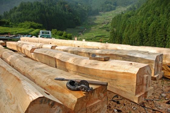 棚田を見上げる場所で、大工さんが太い梁を手作業で仕上げていた。