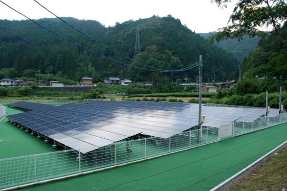 四谷千枚田へ戻るきっかけになった茶畑の休耕地のソーラー発電パネル。