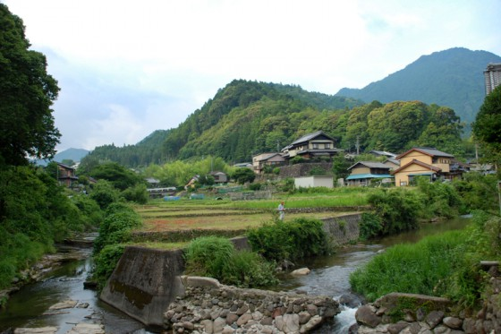 棚田の水路が合流した小川は、麓の集落でさらに大きな流れになる。