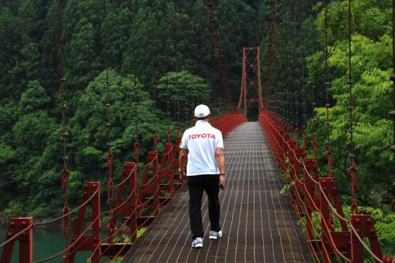 赤色が周囲の緑に映える全長160メートルの歩行者用吊り橋「蔵王橋」