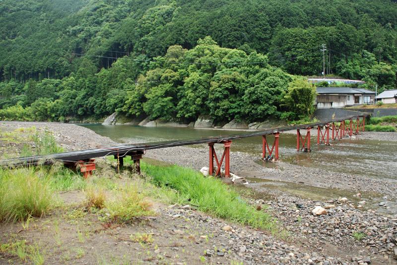 """鮎川地区に掛かる歩行者用の宇立橋。沈下橋より簡素な作りで、増水時には木製の路面板が外れる、通称""""流れ橋"""""""