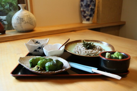 赤玉では地元の名物料理「わさび寿司」をいただく事ができる
