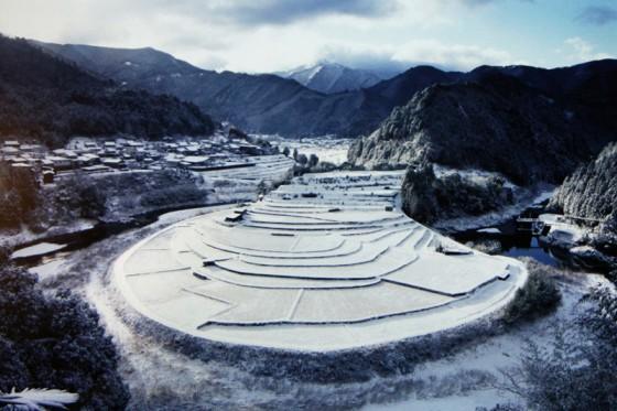 うっすらと雪を被った「あらぎ島」古代遺跡のようにも見える(撮影・写真提供:西林輝昌さん)