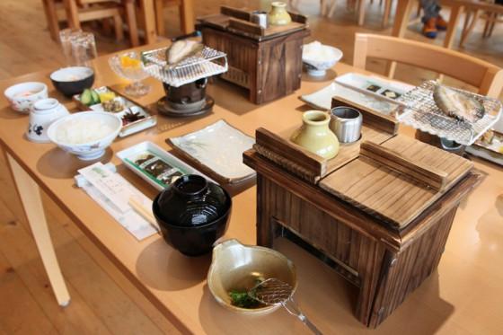 湯豆腐に鮎の一夜干しまで付いたボリューム満点の朝食