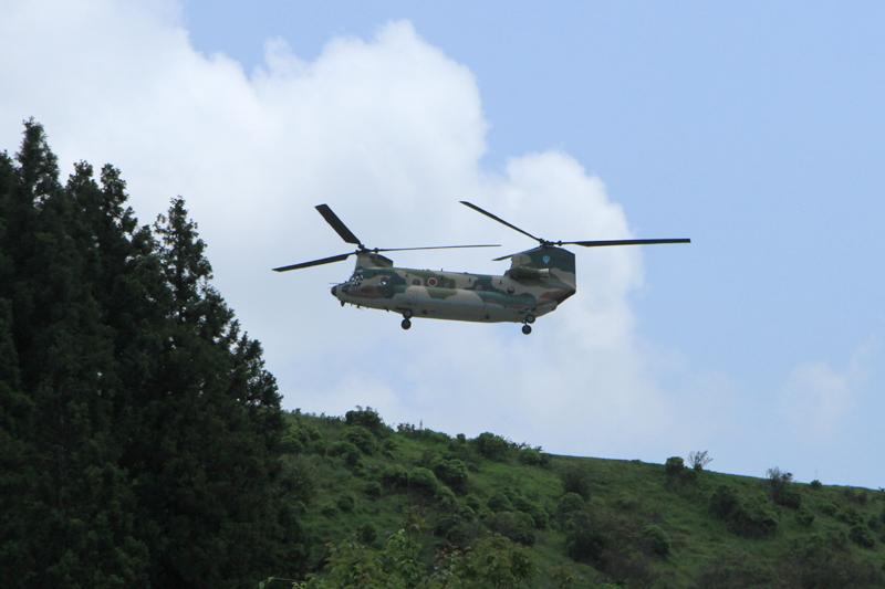 笠取山レーダー基地に降り立つ大型輸送ヘリコプター「チヌーク」