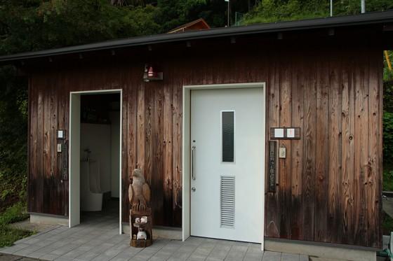 作った電気は公衆トイレの照明や換気ファンなどに使われている。