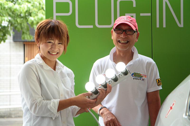 移動カフェオーナーの増田さんに充電した電気でLED照明を点けて見せた。