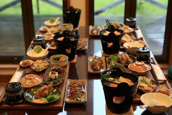 夕食にはイワナ料理をメインに山の幸が並ぶ。
