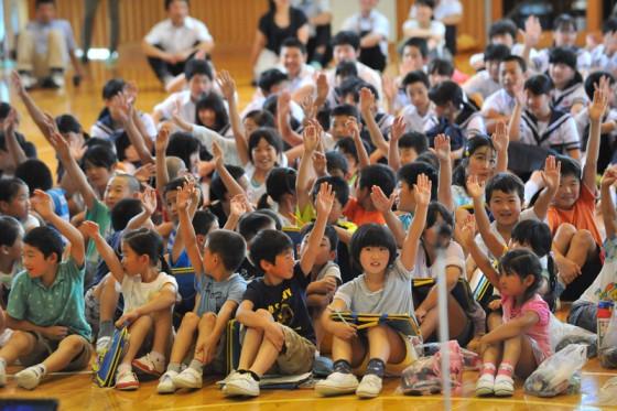エネルギークイズに元気良く手を挙げる子供たち。