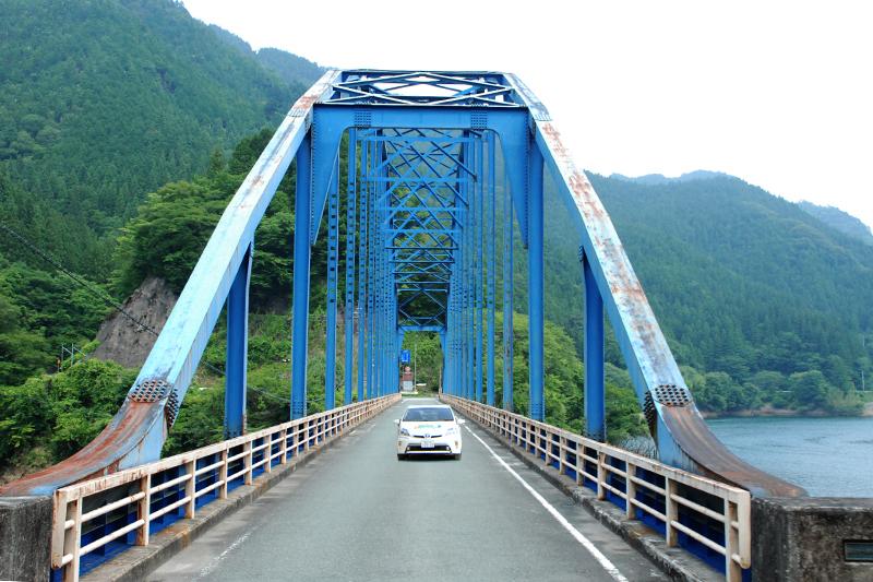 豊根大橋を渡るプリウスPHV。この先に民家はない。