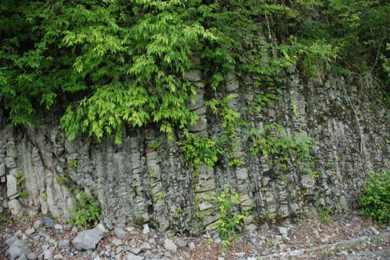 周辺の地層は激しい地殻変動で垂直に傾き、とても崩れやすい。