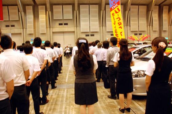 開場前の朝礼で挨拶をする横田さん。