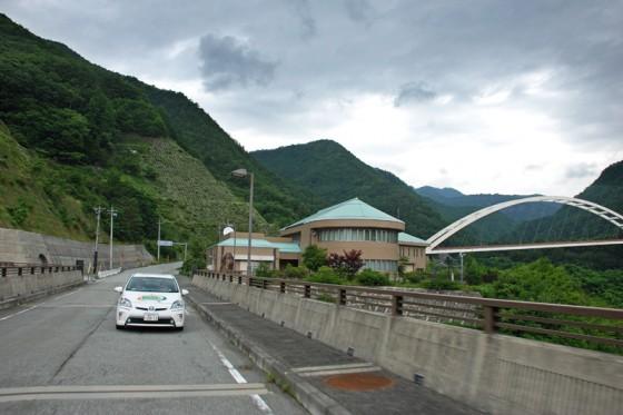 塩川ダムの真上を通過中のプリウスPHV。
