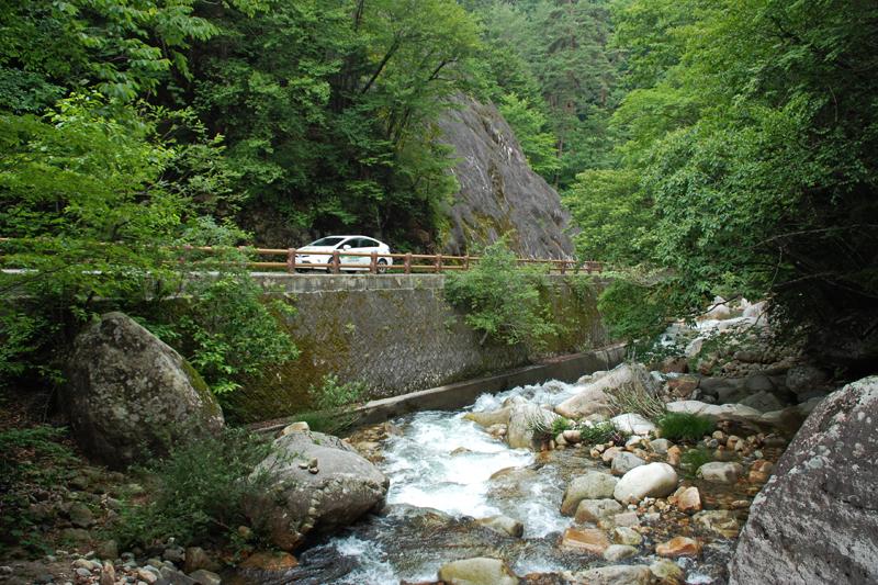 標高1,200メートルの渓谷沿いをさらに遡る。