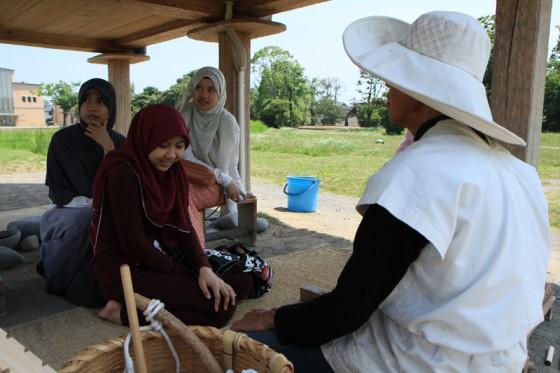インドネシアから来たという女性達と「火起こし」体験。古代衣装のボランティアが教えてくれる。