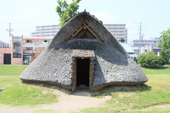 教科書などでお馴染みの縦穴式住居は、土器や木製品に描かれた文様を頼りに復元されたという。