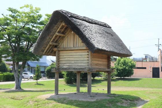 米や栗などの食料を貯蔵した高床式倉庫