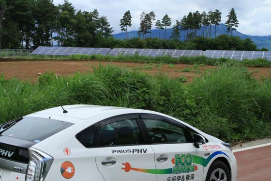 「太陽光発電実証の杜」に到着したプリウスPHV