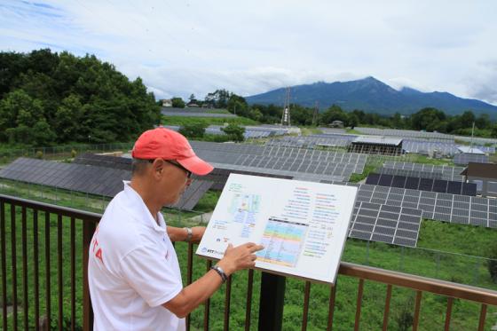 製造メーカーやシリコン素材の違う多くの太陽光発電パネルが設置されている。