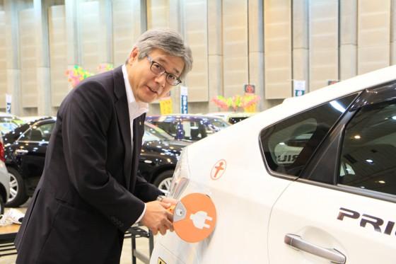 山梨トヨタの佐々木社長にプラグインしていただいた。