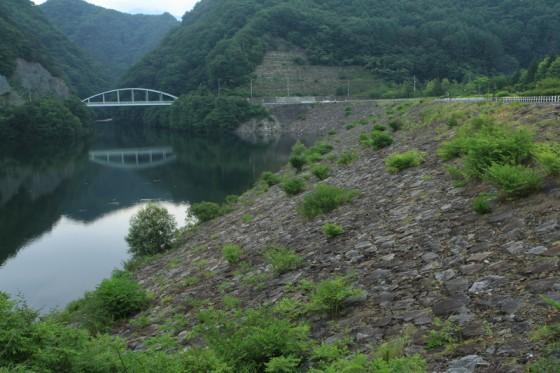 みずがき湖は写真のロックフィルと重力式コンクリート、2つの方式で水を溜める珍しいダムだ。