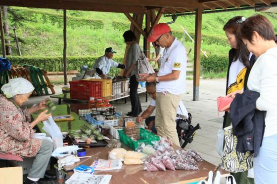 地元で穫れた野菜や特産の花豆などを販売する朝市。