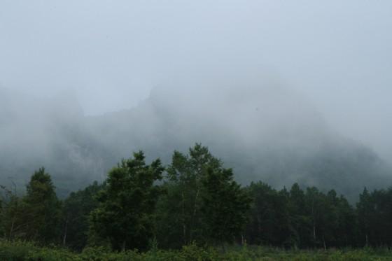 評判の岩山の姿は雲に隠れて全く見えない。