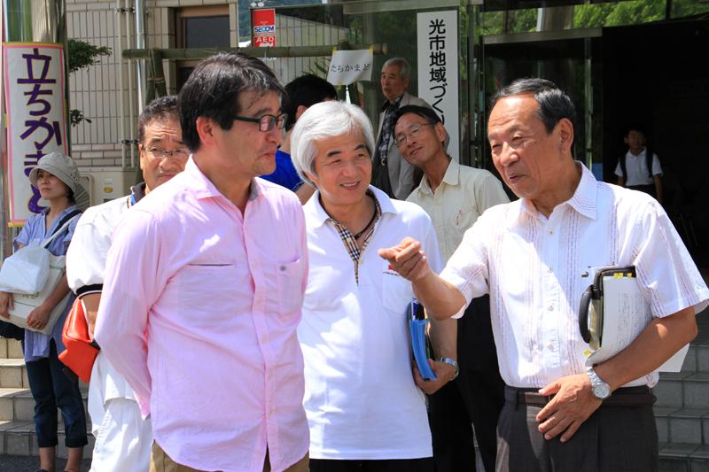 光市の市川市長(左)と談笑するトヨタ自動車の小西さん(右)と中井さん(中央)。エコフェスタの盛況ぶりに笑顔が溢れていた。