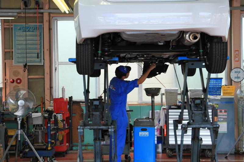 夏休みにたっぷり遊んでくれた愛車のメンテナンスに訪れるお客様が多く、サービス工場も大忙し。