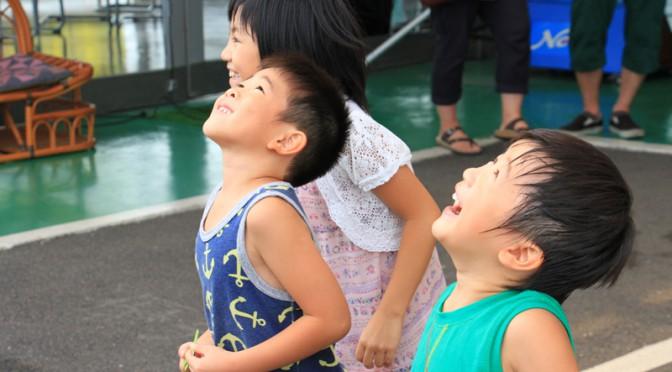 マルチヘリコプターを見上げる子供たち