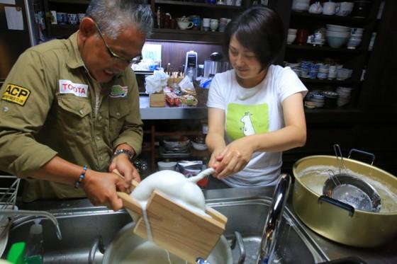 豆腐づくりを体験させていただいた。写真は豆乳とおからを絞りわける工程。