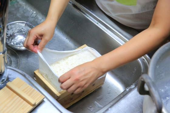 にがりを加えて固まりだしたら、木枠に納めてゆっくりと水分を抜きお豆腐の完成となる。