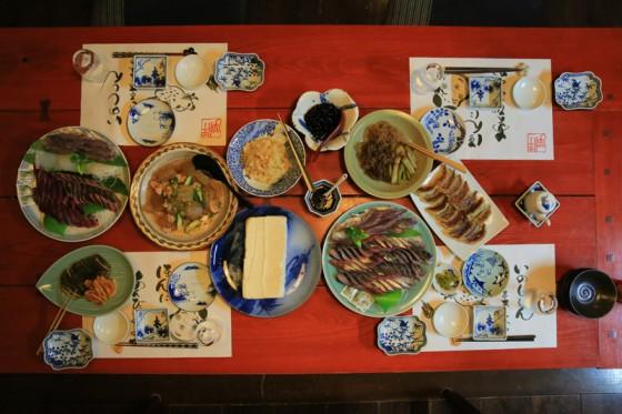 繊細な気遣いが感じられる夕食。もちろん手作り豆腐も卓に上る。海と山の幸が味わえるのは伊万里ならではだ。