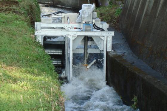 「二重反転式プロペラ」は少ない水量でも安定した発電が可能だという。資料提供:エネフォレスト株式会社