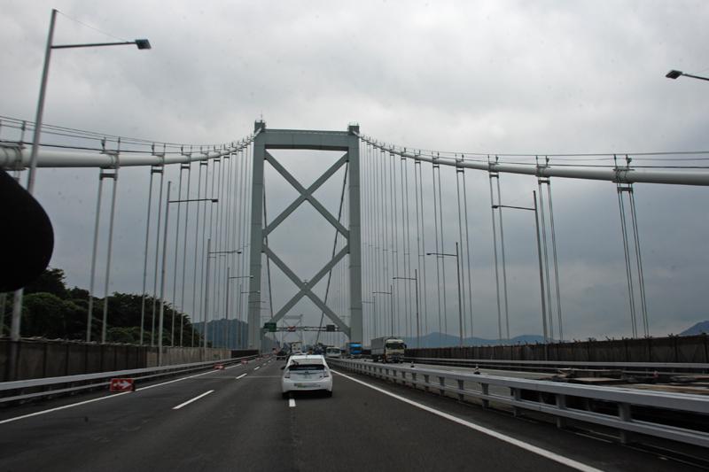 辛うじて雨が止み、いよいよ関門橋を渡って九州へ。リフレッシュ工事の真っ最中で橋上に重機などの工事車両が並ぶ珍しい映像を撮影する事ができた。