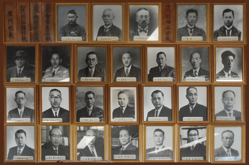 校長室の壁面には、140年余の伝統を繋いで来た歴代校長の肖像が並ぶ。