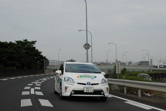 福岡を離れ九州自動車道を南下するプリウスPHV。