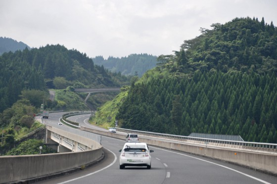 鳥栖JCTから大分自動車道へ。山々をかわすように蛇行するルートが続く。