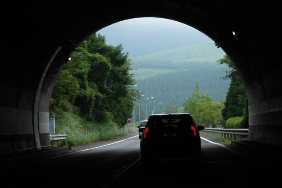 トンネルの先には広大な牧場が広っていた。