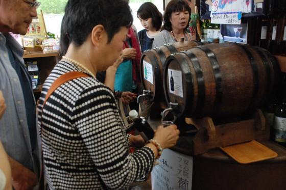 安心院ワインの試飲コーナーもある。