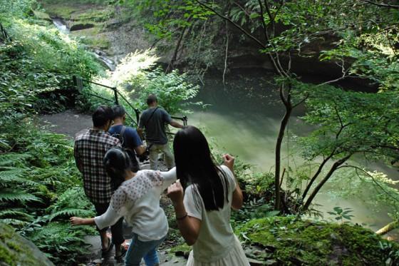 東椎屋の滝へ登る道は家族連れでいっぱいだ。